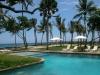 elegante vista del mar y la piscina