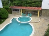 Zwembad met jacuzzi
