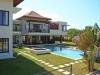 Tropische tuin en zwembad