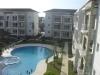 Zicht op zwembad en complex