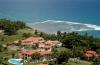 Luchtzicht op villa en oceaan