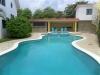 Zwembad dat de gebouwen scheidt