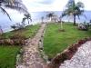 Aangelegde tuin aan oceaan