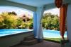 терраса с видом на бассейн