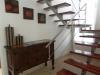 лестница из красного дерева и нержавеющей стали